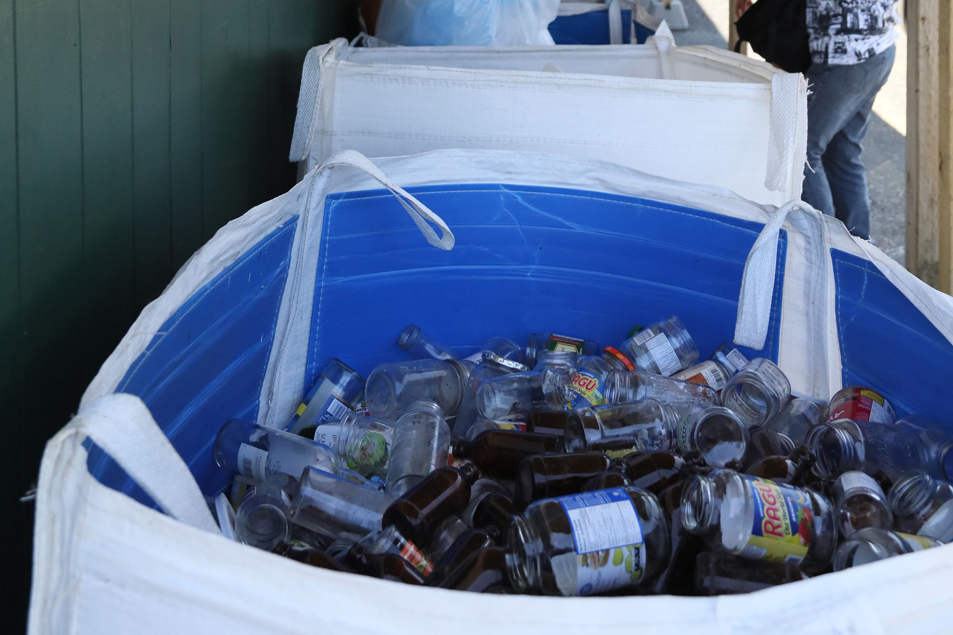 Collect refundable deposits on beverage containers at Island Foods
